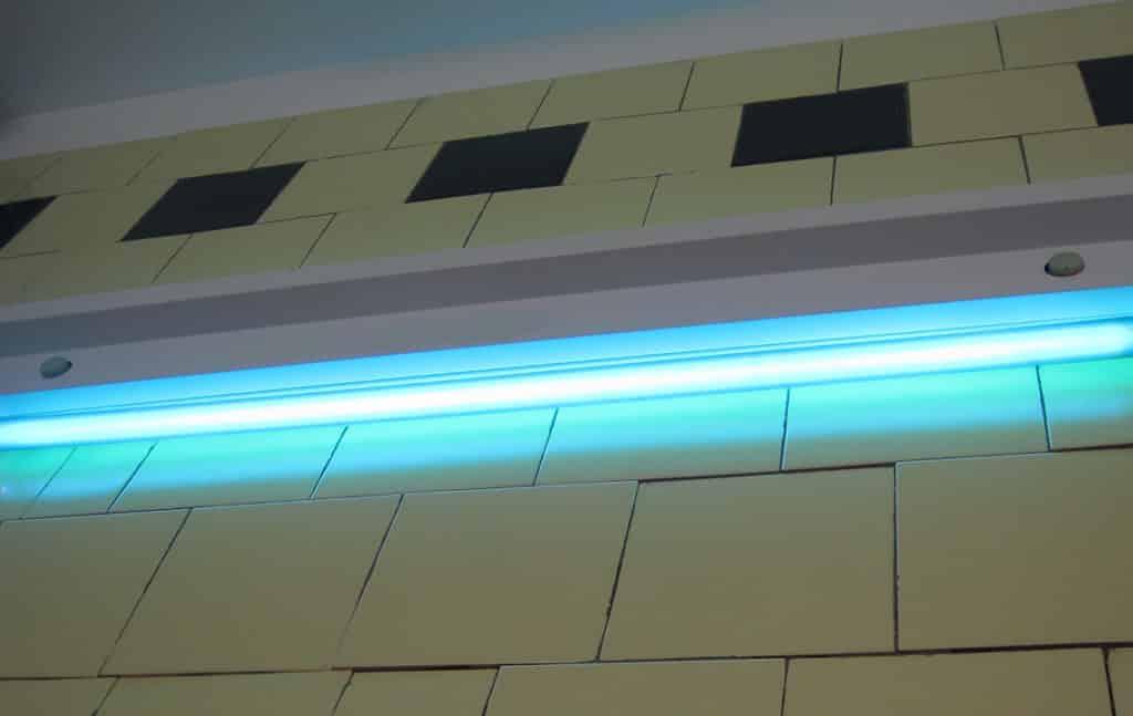 Бактерицидная лампа на стене