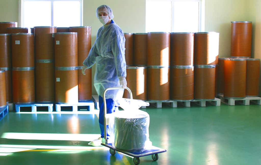 Сотрудник перевозит отходы