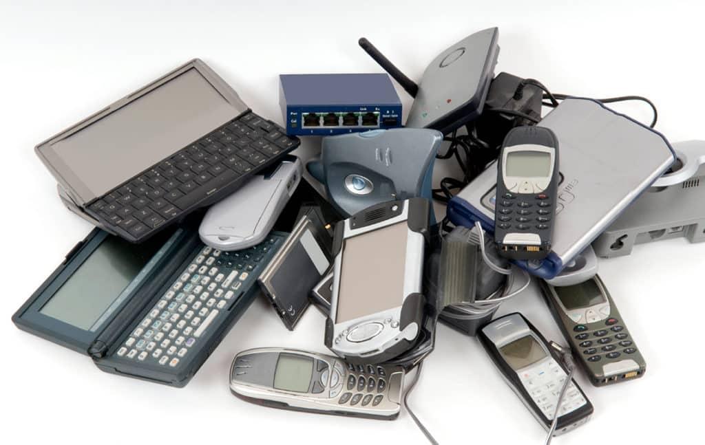 Старая электронная техника в куче