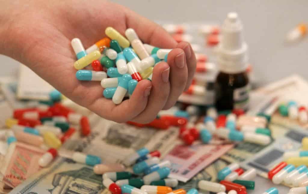 Горсть лекарств в ладони