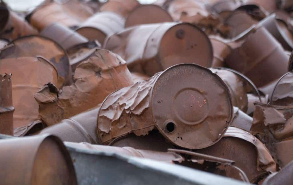 Сломанные железные бочки из-под отходов