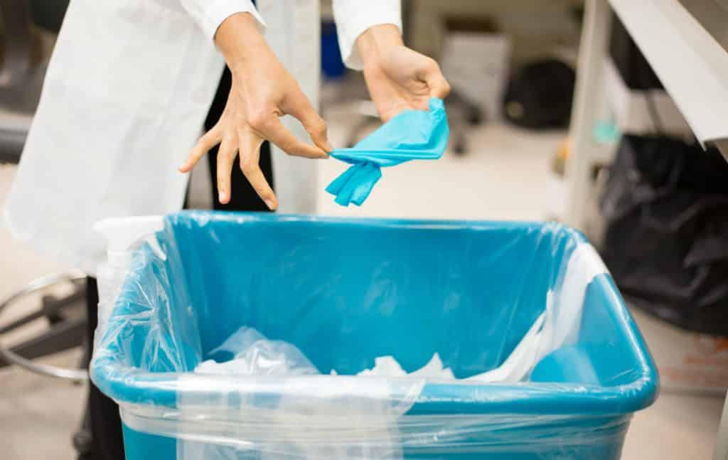 Выбрасывают одноразовые перчатки