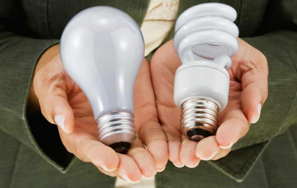 Энергосберегающие лампы на ладони